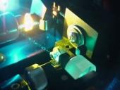 Aceleran electrones con tecnología láser en un chip de vidrio nanoestructurado