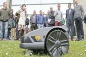 La compañía gallega Smarttek saca al mercado un robot cortacésped que se maneja desde el móvil