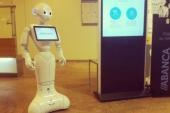 Abanca presenta en Galicia su nuevo robot humanoide que colabora en la atención a los clientes
